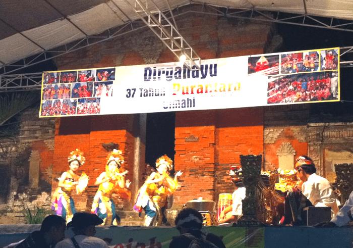 バリ島の伝統的なバロン舞踊鑑賞