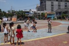 子ども達と遊ぶ様子