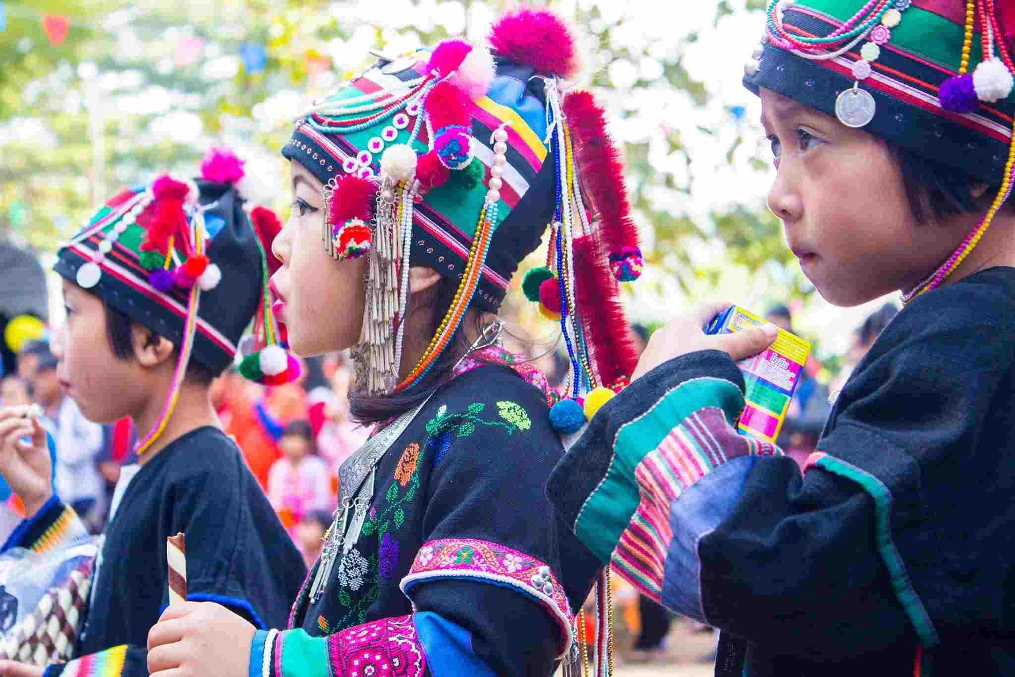 山岳民族の衣装に身を包む子どもたち