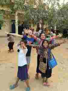 まゆかさんと子どもたち@カンボジア(海外ボランティア)