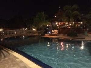 夜のプール!ライトアップが素敵です!