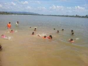 広い湖で泳ぎました。