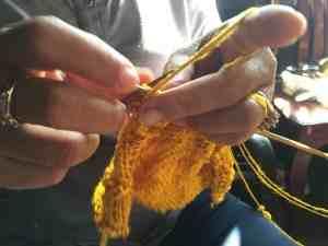 職人達の手から伝わる「温もり」が、布やマフラーに織り込まれる瞬間