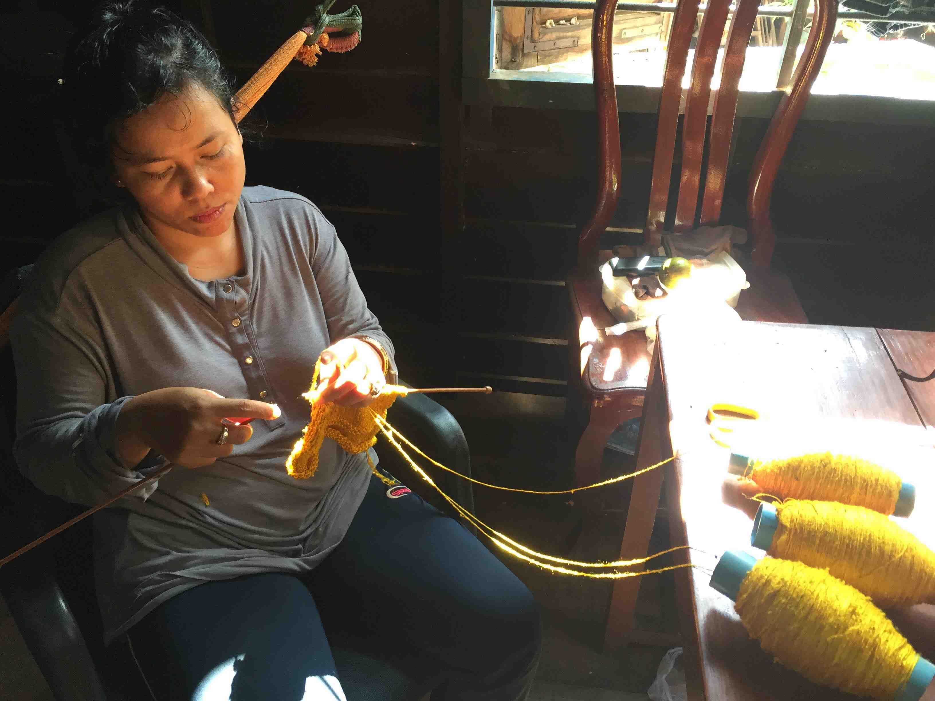 手編みのマフラーを織って約10年。IKTTのマフラーは彼女が全て作っています。