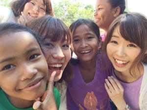 子どもたちとぼらぷらの参加会員さん@カンボジア