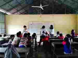海外ボランティア、村の学校で日本語英語ボランティア中@カンボジア