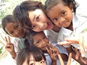 海外ボランティアを行う学生と現地の子どもたちの写真@カンボジア