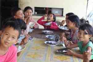 孤児院にてみんなで囲む食卓@カンボジア(海外ボランティア)