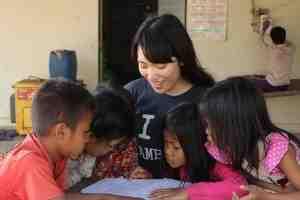 熱心にお勉強中の子どもたち@カンボジア(海外ボランティア)