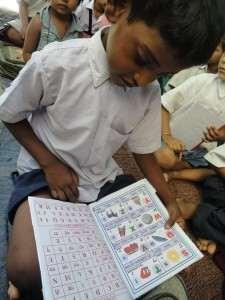 アルファベットを勉強する子ども