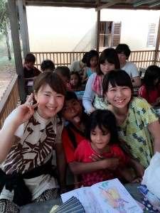 しおりさんと子どもたち@カンボジア(海外ボランティア)